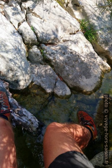 Le plan rocheux incliné aboutit directement dans l'eau. Photo © André M. Winter