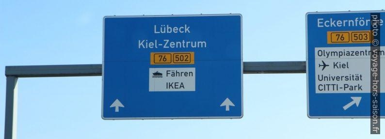 Panneau indiquant les ferrys et Ikea. Photo © André M. Winter