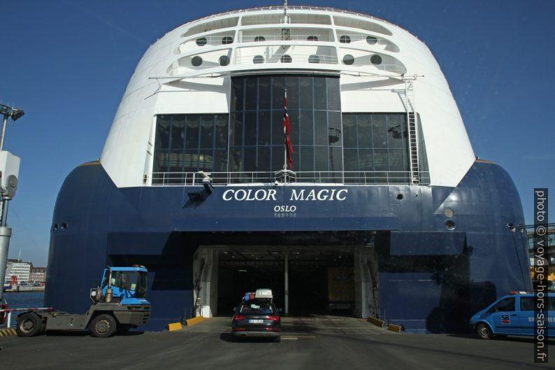 Poupe du navire Color Magic lors de l'embarquement en voiture. Photo © Alex Medwedeff