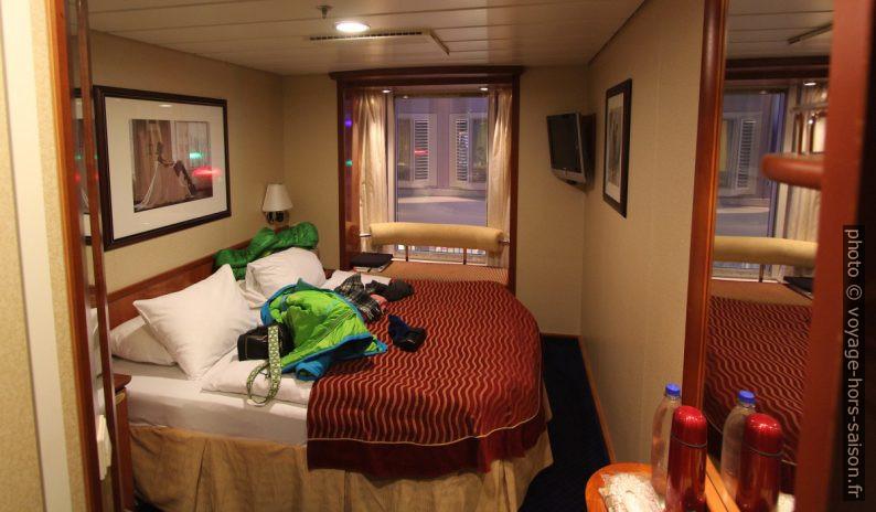 Chambre intérieure avec grand lit et fenêtre intérieure sur le ferry Color Magic. Photo © André M. Winter