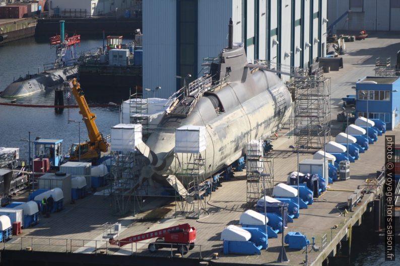 Un sous-marin au sec sur un quai du chantier naval HDW à Kiel. Photo © André M. Winter