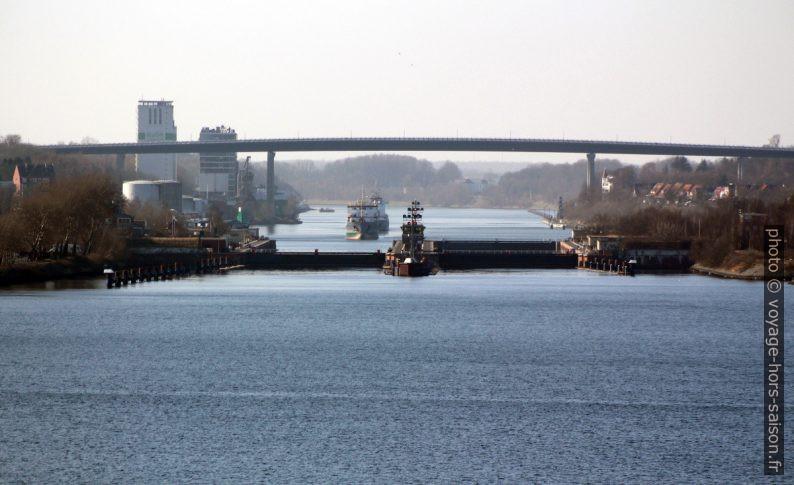 Éculse double et ponts hauts de Kiel-Holtenau. Photo © André M. Winter