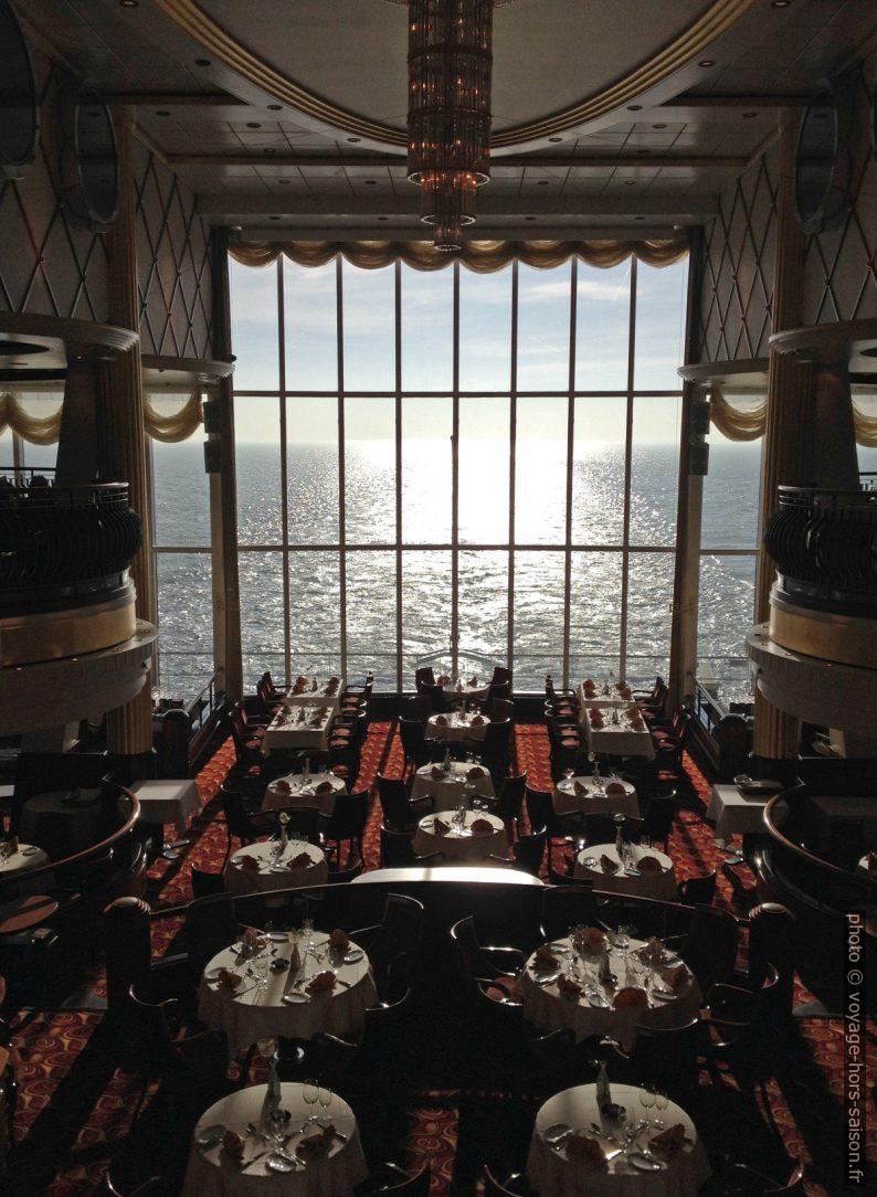 Salle de restaurant principale du ferry Color Magic. Photo © Alex Medwedeff