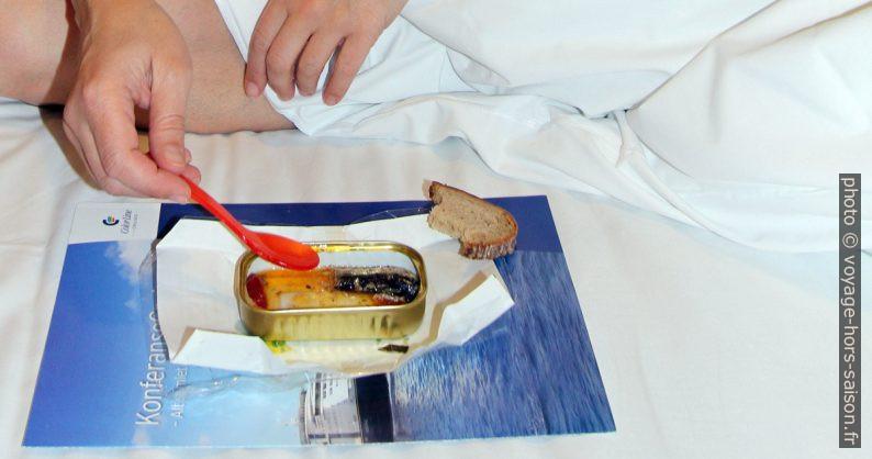 La boîte de sardines dans le lit. Photo © André M. Winter