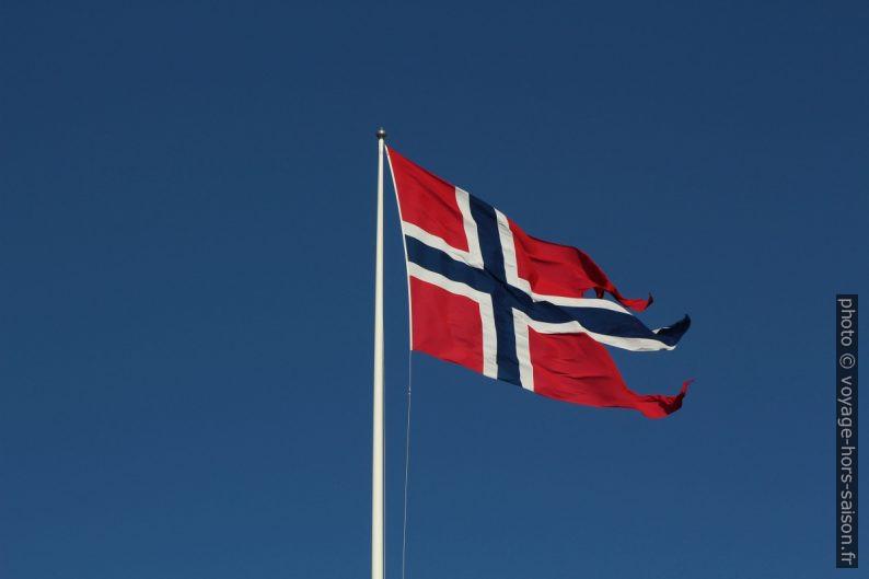Drapeau norvégien d'État contre le ciel bleu d'hiver. Photo © André M. Winter