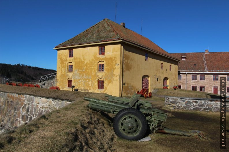 Canons de la 2e guerre mondiale devant l'Arsenal de la forteresse de Kongsvinger. Photo © André M. Winter