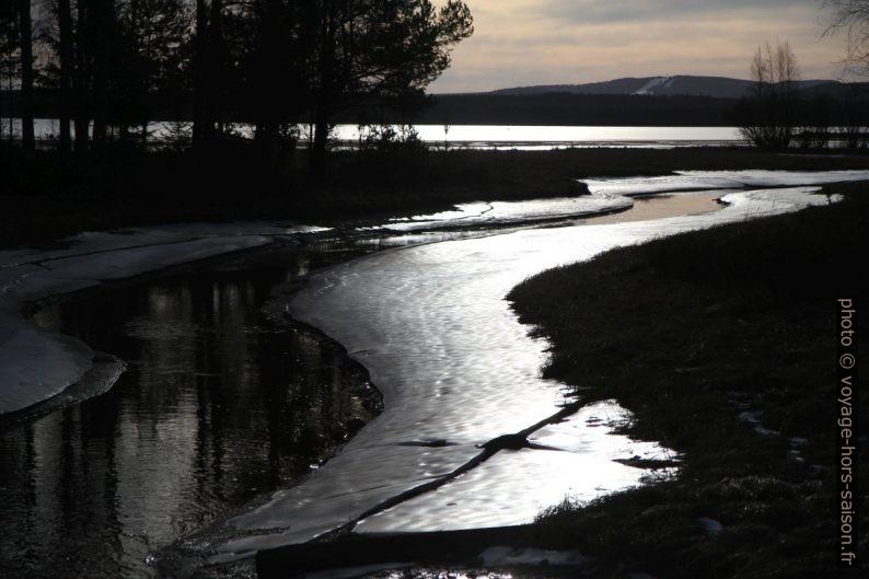 Rivière gelée en bordure du Lac Siljan en contre-jour. Photo © Alex Medwedeff