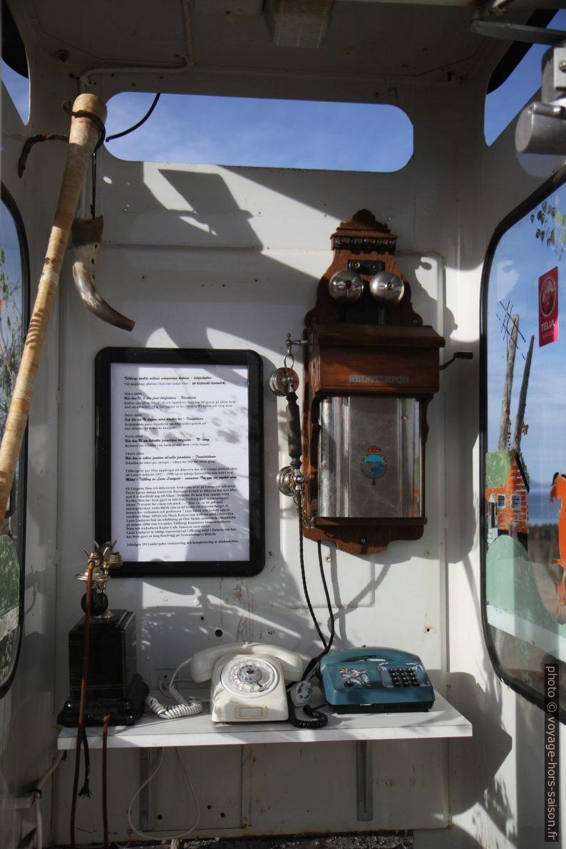 Cabine téléphonique avec appareil anciens à Tällberg. Photo © Alex Medwedeff