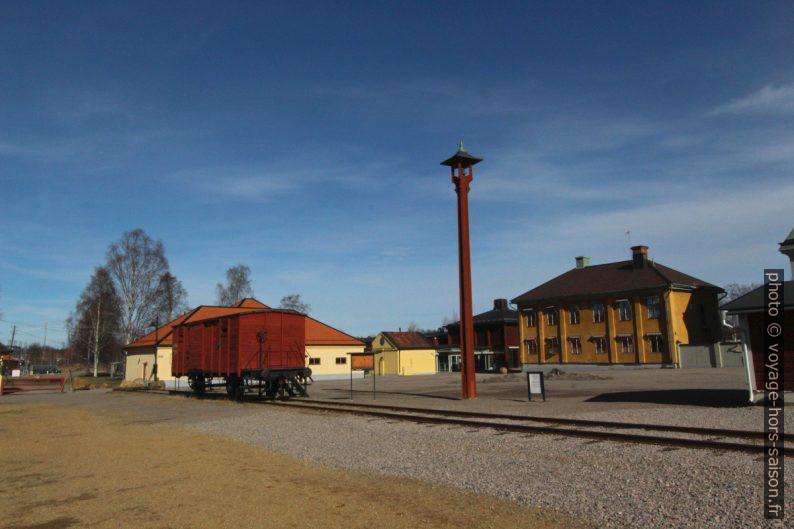 Ancien wagon de minerai et ancien immeuble administratif de Falun. Photo © André M. Winter
