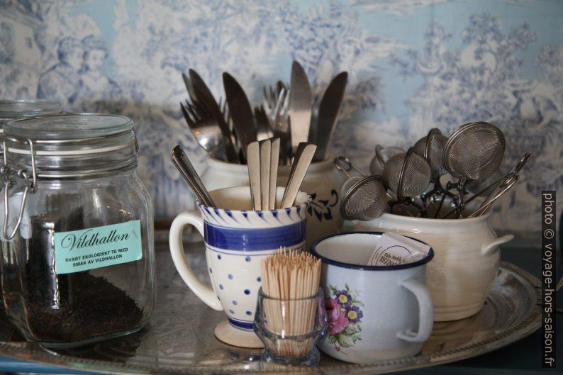 Thé, tasses, cuillères et filtres en libre service. Photo © Alex Medwedeff