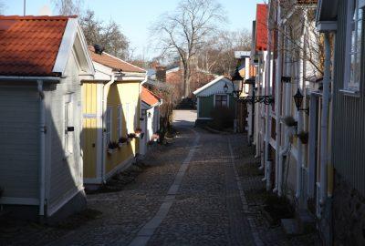Ruelle du centre de Gävle avec petites maisons en bois. Photo © Alex Medwedeff