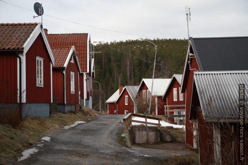 Rue entre les maisons de pêcheurs de Norrfällsviken. Photo © Alex Medwedeff