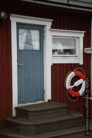 Bouée de sauvetage sur une ancienne maison de pêcheur de Norrfällsviken. Photo © Alex Medwedeff