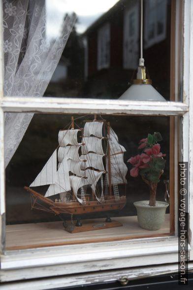 Bateau miniature derrière une fenêtre de Norrfällsviken. Photo © Alex Medwedeff