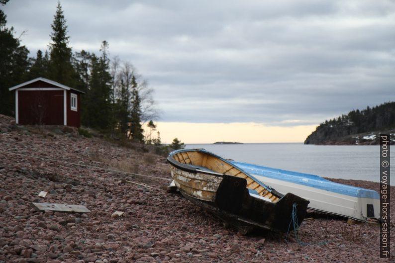 Bateaux au sec à la sortie de la baie Norrfällsviken. Photo © Alex Medwedeff