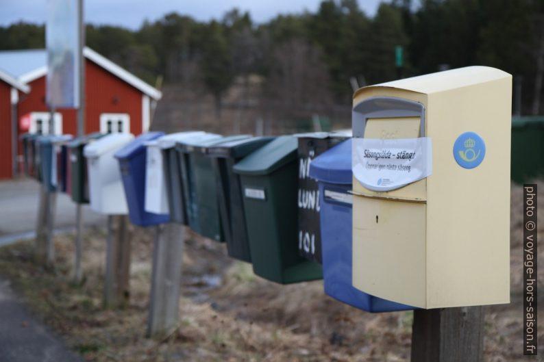 Rangée de boîtes à lettres à Norrfällsviken. Photo © Alex Medwedeff