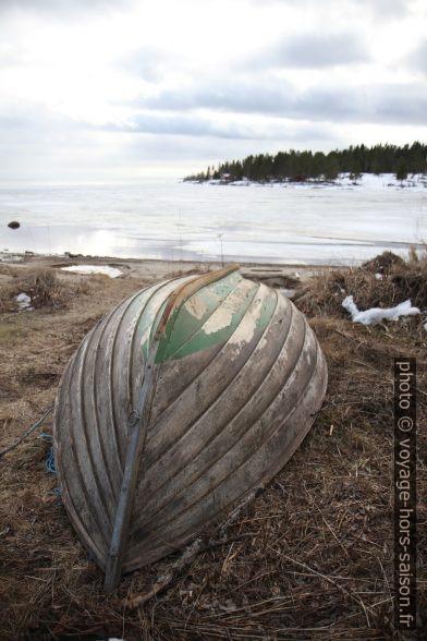 Petit bateau de pêche retourné à terre. Photo © Alex Medwedeff