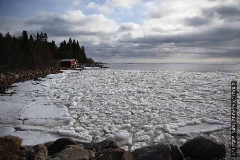 Baie Kallviken avec glaçons chamboulés par les vagues. Photo © Alex Medwedeff