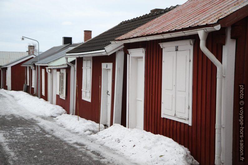 Rangée de petites maisons du village-église de Gammelstad. Photo © Alex Medwedeff