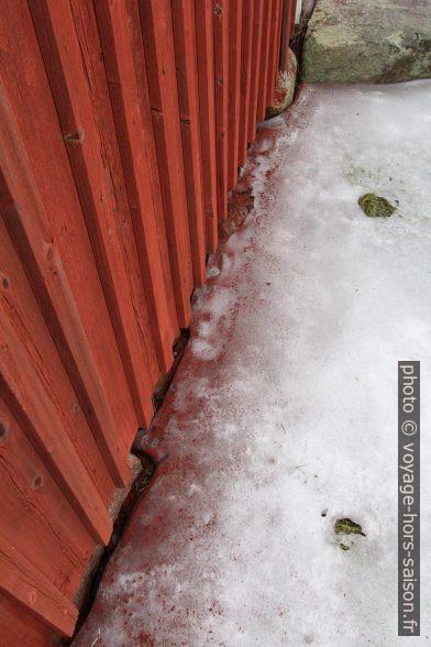 Délavage de la peinture Rouge de Falun. Photo © André M. Winter
