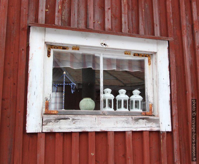 Fenêtre avec lampes Ikea à Gammelstad. Photo © André M. Winter