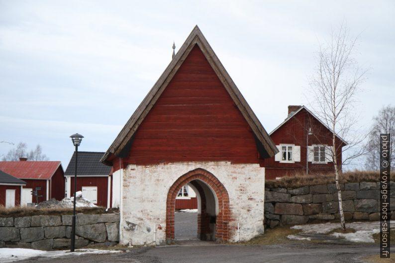 Porte de l'enceinte de l'église de Gammelstad. Photo © Alex Medwedeff