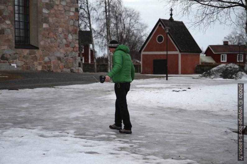 André marche sur la neige glacée. Photo © Alex Medwedeff