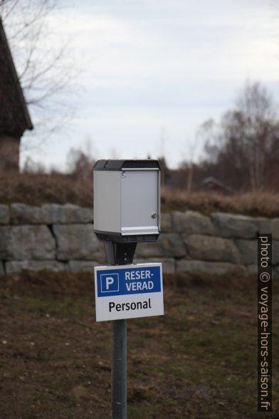 Parking privé avec prise électrique. Photo © Alex Medwedeff