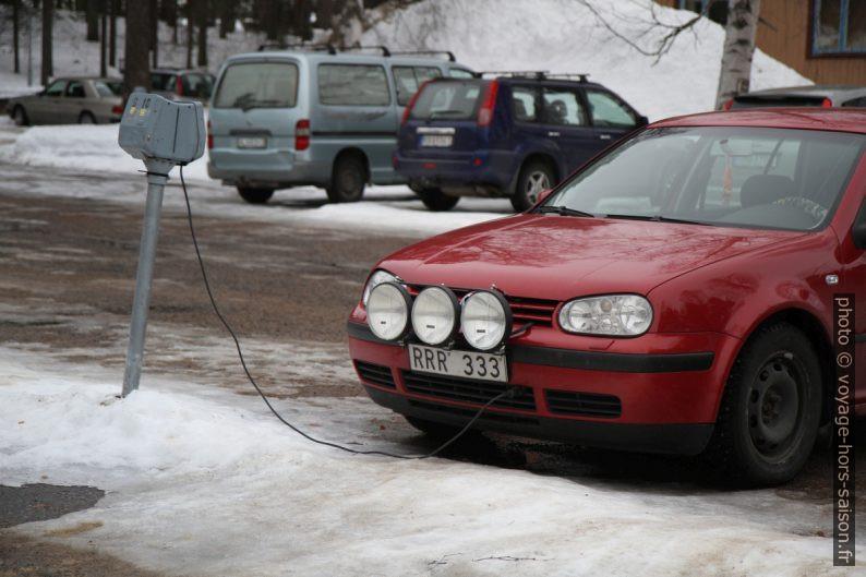 Chauffage électrique du moteur, phares longue portée et pneus cloutés. Photo © Alex Medwedeff