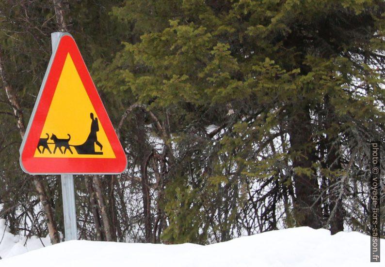 Panneau de danger chiens de traîneau. Photo © André M. Winter