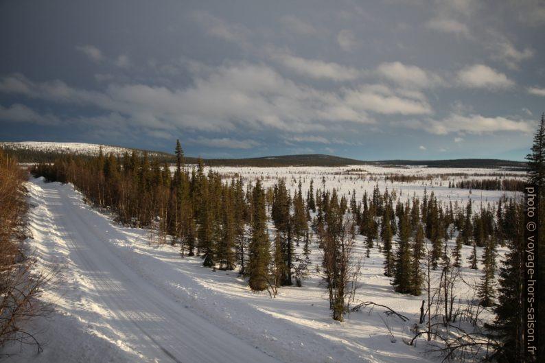 Route d'Avvakko au bord de la tourbière Itnaáhpi. Photo © Alex Medwedeff