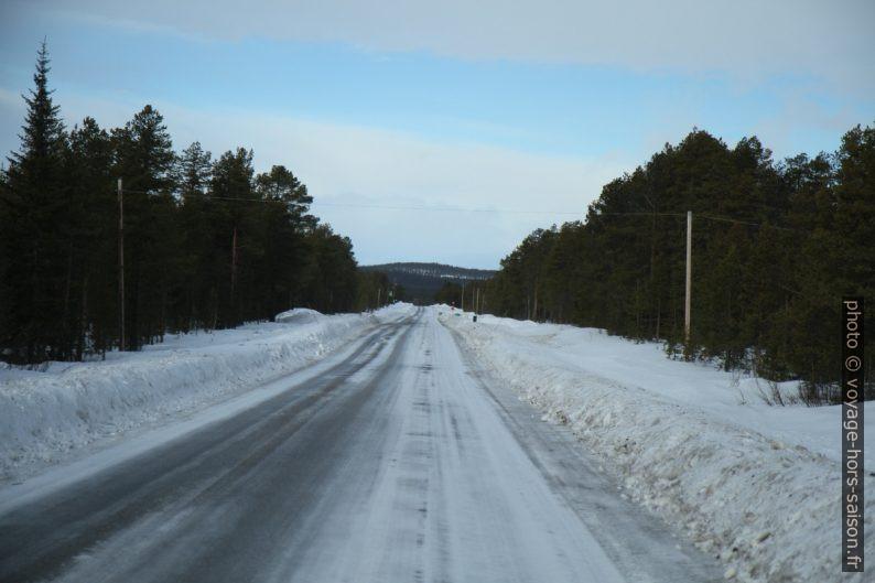 Route glacée à l'est de Jukkasjärvi. Photo © Alex Medwedeff