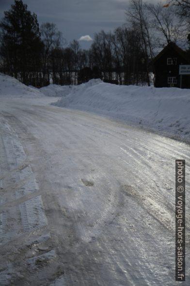 Route couverte de glace lisse à Jukkasjärvi. Photo © Alex Medwedeff