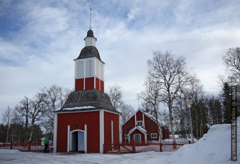 Porche-tour et église de Jukkasjärvi. Photo © Alex Medwedeff