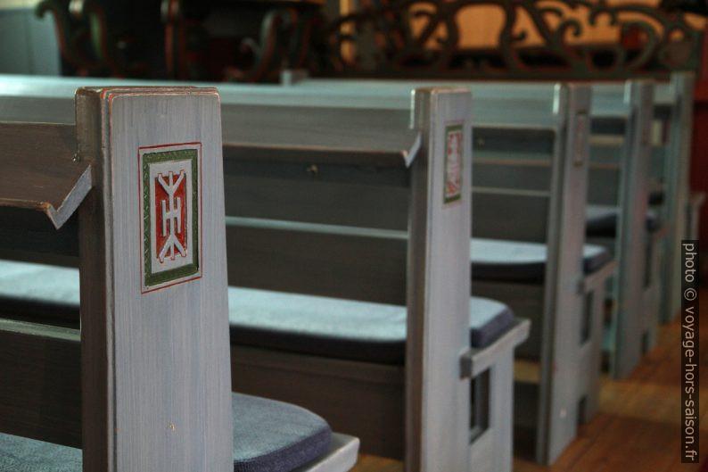 Symboles sames sur les bancs de l'église de Jukkasjärvi. Photo © Alex Medwedeff
