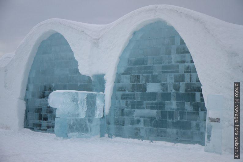 Halle du bar de l'hôtel de glace de Jukkasjärvi vue de l'extérieur. Photo © Alex Medwedeff