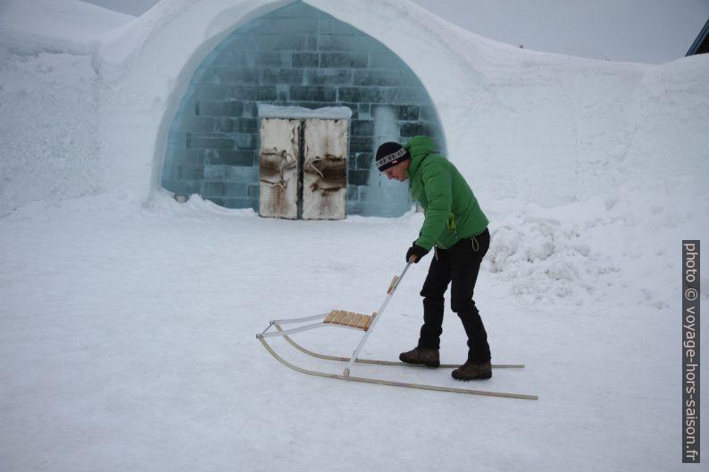 André essaie une trottinette des neiges. Photo © Alex Medwedeff