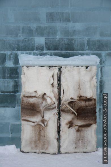 Porte d'entrée en peaux de l'hôtel de glace de Jukkasjärvi. Photo © Alex Medwedeff