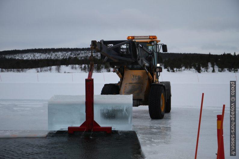 Chargeur sur pneus avec bloc de glace soulevé. Photo © Alex Medwedeff