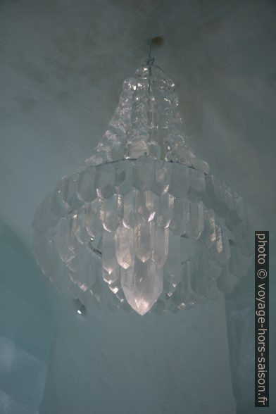 Lustre de glace à l'hôtel de glace de Jukkasjärvi en 2014. Photo © Alex Medwedeff