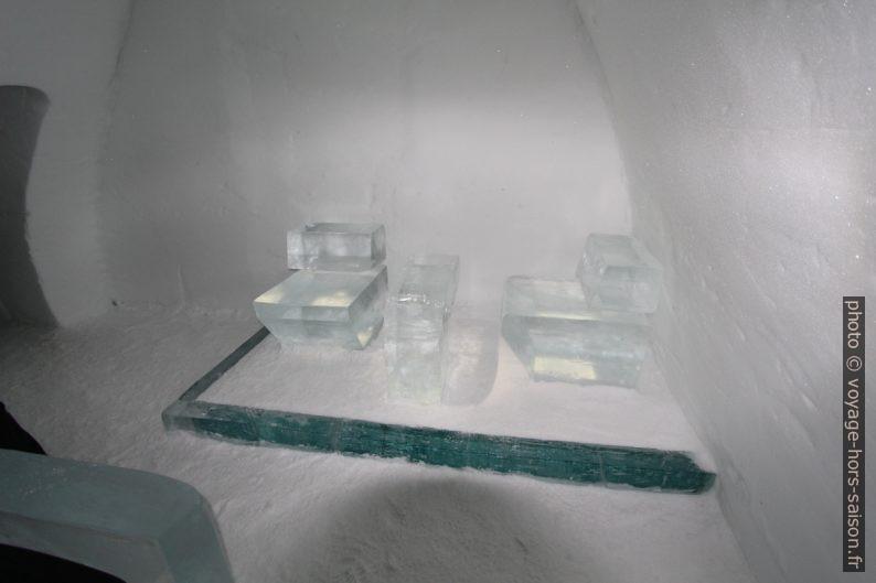 Sièges d'une chambre de l'hôtel de glace de Jukkasjärvi. Photo © André M. Winter