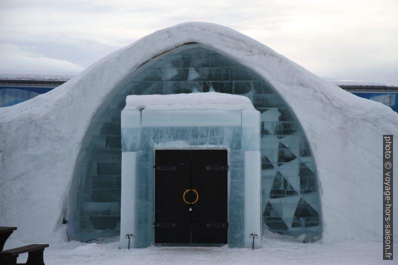 Entrée de la chapelle de l'hôtel de glace de Jukkasjärvi. Photo © Alex Medwedeff