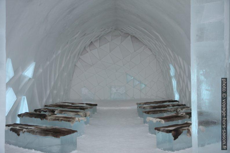 Dans la chapelle de l'hôtel de glace de Jukkasjärvi de 2014. Photo © Alex Medwedeff