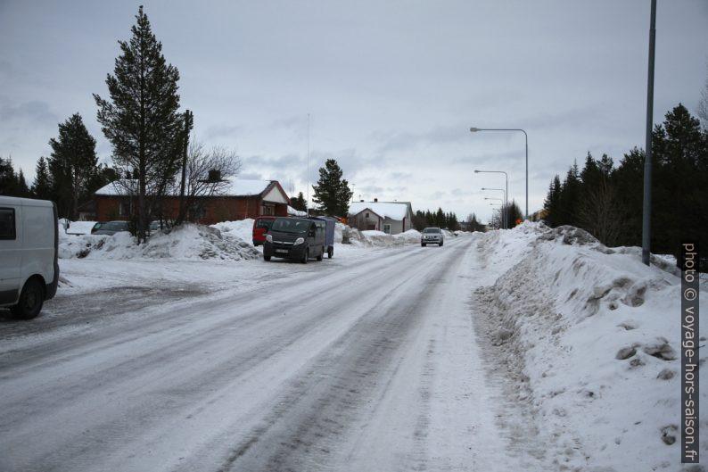 Rue principale glacée de Jukkasjärvi en hiver. Photo © Alex Medwedeff