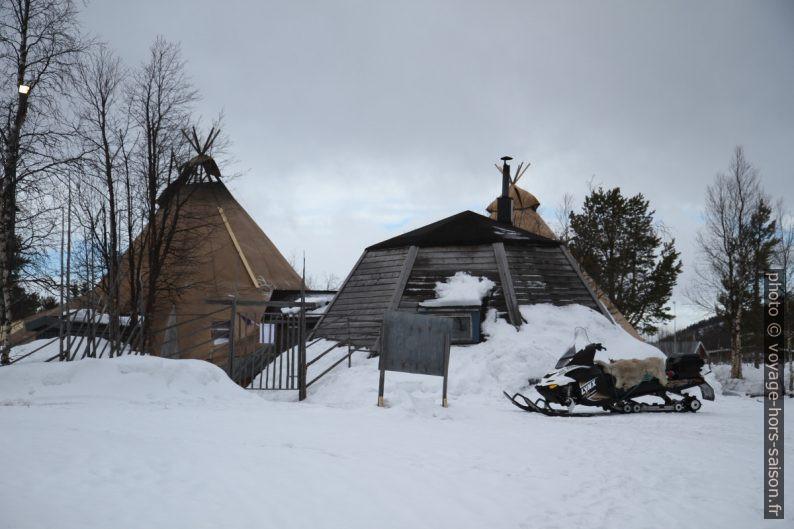 Tente sami et immeuble dans le même style. Photo © Alex Medwedeff
