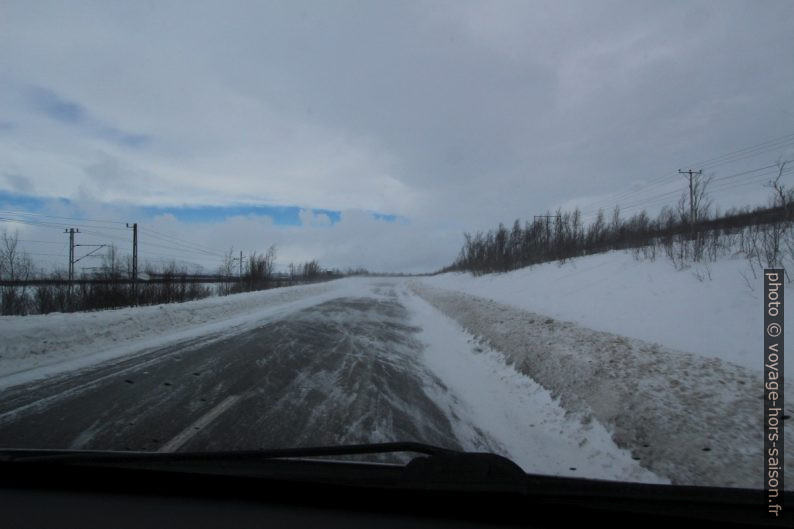 La tempête chasse la neige par dessus la route entre Kiruna et Abisko. Photo © André M. Winter