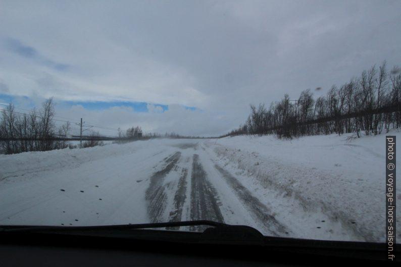 Route entre Kiruna et Abisko couverte de neige balayée par le vent. Photo © André M. Winter