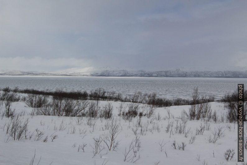 Le Lac Torneträsk gelé. Photo © André M. Winter