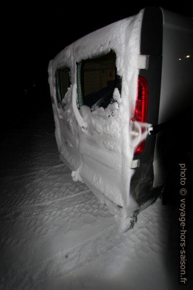 Neige à l'arrière du trafic après 100km de tempête de neige. Photo © André M. Winter