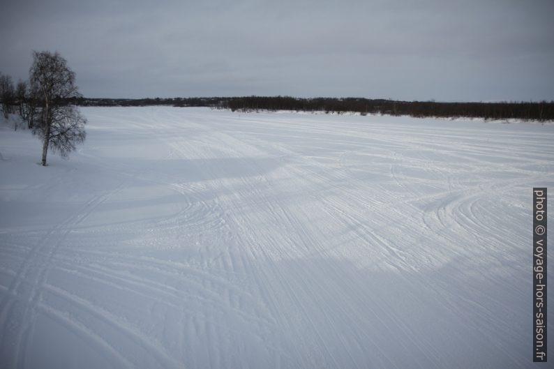 Traces de moto-neige sur la rivière Muonio gelée. Photo © Alex Medwedeff